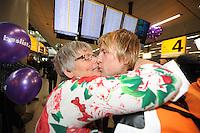 SCHAATSEN: SCHIPHOL: Luchthaven Schiphol, 29-01-2013, Seizoen 2012-2013, Aankomst wereldkampioen Michel Mulder, omhelst door zijn moeder Leidy, ©foto Martin de Jong