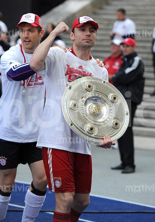 Fussball 1. Bundesliga :  Saison   2009/2010   34. Spieltag   Hertha BSC Berlin - FC Bayern Muenchen    08.05.2010 Jubel mit Meisterschale, Mark van Bommel,Torwart Hans Joerg Butt (v. re., FCB)