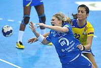 Handball Champions League Frauen 2013/14 - Handballclub Leipzig (HCL) gegen Metz (FRA) am 10.11.2013 in Leipzig (Sachsen). <br /> IM BILD: Natalie Augsburg (HCL) am Ball gegen Lara Gonzalez Ortega (Metz) <br /> Foto: Christian Nitsche / aif