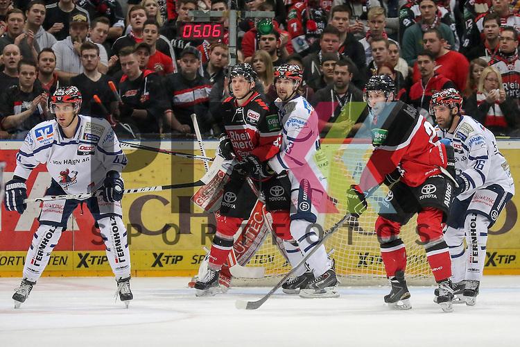 Iserlohns Colten Teubert (Nr.33) im Zweikampf mit Koelns Jean-Francois Boucher (Nr.48) und Iserlohns Jason Jaspers (Nr.16) im Zweikampf mit Koelns Per Aslund (Nr.22) vor Koelns Gustaf Wesslau (Nr.29)  beim Spiel in der DEL, Koelner Haie - Iserlohn Roosters.<br /> <br /> Foto &copy; PIX-Sportfotos *** Foto ist honorarpflichtig! *** Auf Anfrage in hoeherer Qualitaet/Aufloesung. Belegexemplar erbeten. Veroeffentlichung ausschliesslich fuer journalistisch-publizistische Zwecke. For editorial use only.