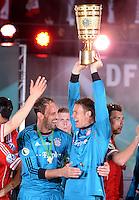 FUSSBALL       DFB POKAL FINALE        SAISON 2012/2013 FC Bayern Muenchen - VfB Stuttgart    01.06.2013 Bayern Muenchen ist Pokalsieger 2013: Torwart Tom Starke und Torwart Manuel Neuer (v.l.) jubeln mit dem Pokal.