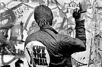 "DEUTSCHLAND, 11.1989.Berlin - Kreuzberg.Sog. ""Mauerspechte"" beim Zerschlagen der Berliner Mauer auf der Westseite..So called ""Wallpeckers"" hammering the Wall into pieces on its Western side..© Martin Fejer/EST&OST"