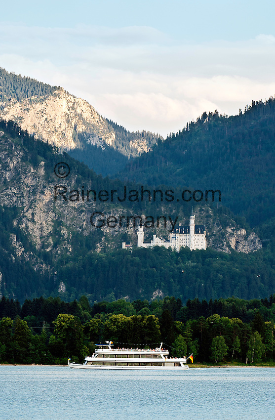 Germany, Bavaria, Upper Swabia, East-Allgaeu, near Fuessen: boat trip on Forggen Lake with Allgaeu Alps, at background castle Neuschwanstein | Deutschland, Bayern, Oberschwaben, Ost-Allgaeu, bei Fuessen: Seerundfahrt auf dem Forggensee vor den Allgaeuer Alpen, im Hintergrund erkennt man Schloss Neuschwanstein