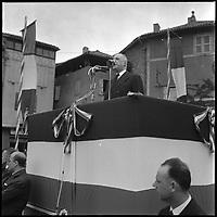 Place Vival à Figeac (49) devant la Sous-Préfecture. Le Lot. 17 Mai 1962. Vue du Général De Gaulle en plein discours.