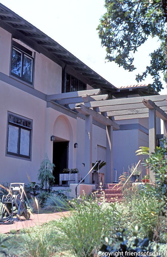 Irving Gill: Katherine Teats Cottage #1. Entrance Pergola. Photo 2000.