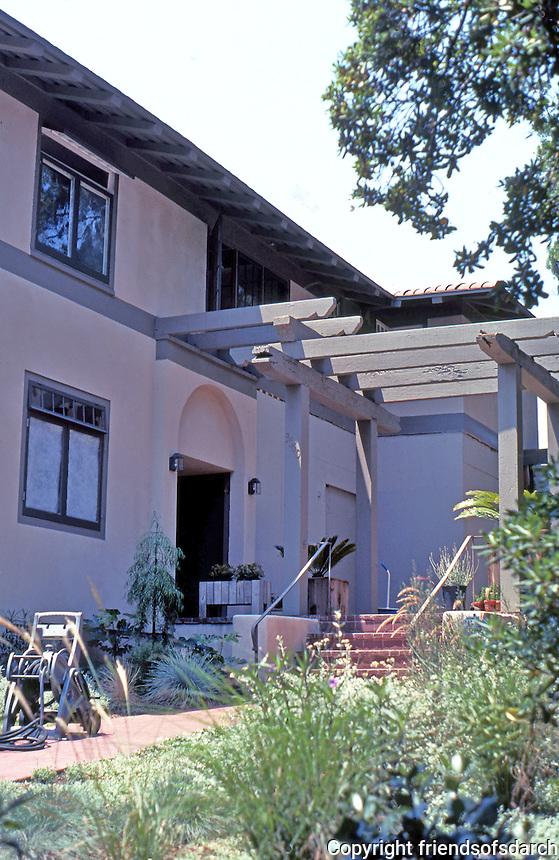 Irving Gill: Katherine Teats Cottage #1. Entrance Pergola. Photo 2000.