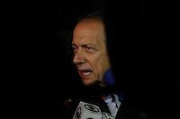 SAO PAULO, SP, 14.08.2014 - IML - MORTE EDUARDO CAMPOS -  Walter Fieldmann fala com a imprensa. Movimento em frente ao IML Central, na região de Pinheiros, zona oeste de São Paulo, para onde estão sendo levados os restos mortais das vítimas do acidente aéreo ocorrido ontem em Santos(SP), que matou o candidato à Presidência da República, Eduardo Campos (PSB), e outras seis pessoas. (Foto: Amauri Nehn / Brazil Photo Press).
