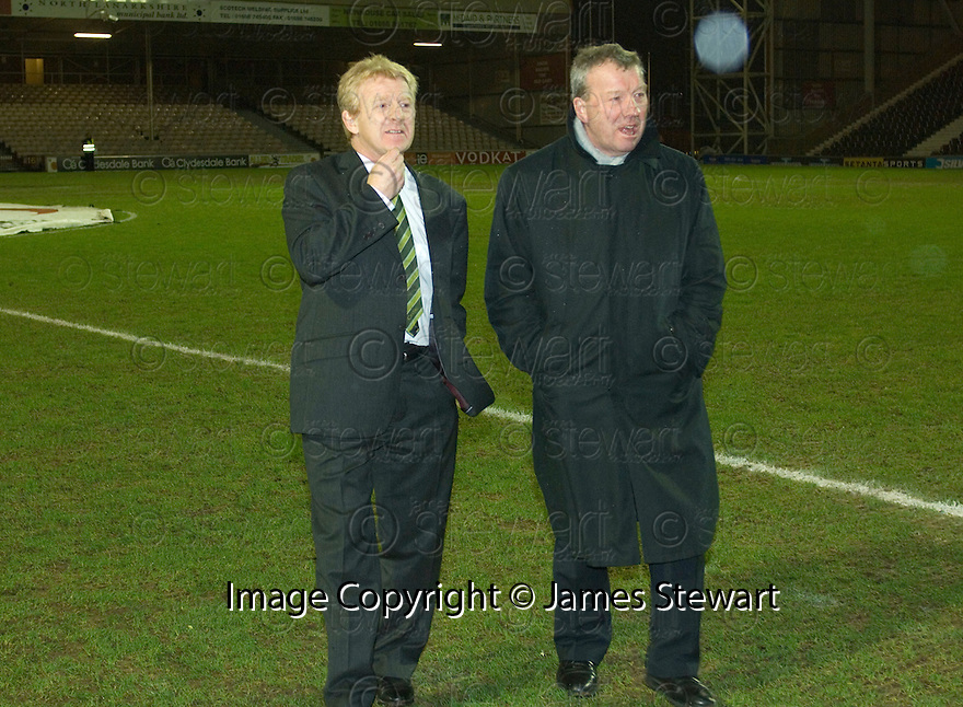 30/01/2008    Copyright Pic: James Stewart.File Name : sct_04_motherwell_v_celtic.CELTIC MANAGER GORDON STRACHAN ON THE PITCH AFTER THE GAME AGAINST MOTHERWELL WAS CALLED OFF JUST 45 MINS BEFORE KICK OFF.James Stewart Photo Agency 19 Carronlea Drive, Falkirk. FK2 8DN      Vat Reg No. 607 6932 25.Studio      : +44 (0)1324 611191 .Mobile      : +44 (0)7721 416997.E-mail  :  jim@jspa.co.uk.If you require further information then contact Jim Stewart on any of the numbers above.........