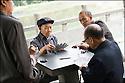 2006- Chine- Marché de long Pi, partie de cartes.