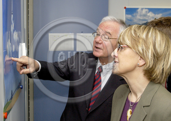 Brussels-Belgium - 22 April 2005---German Federal Minister for Transport, Building and Housing, Manfred STOLPE (le), meets with EU-Commissioner in charge of Regional Policy, Danuta HÜBNER (ri) Hubner, Huebner), in the office of the Commissioner---Photo: Horst Wagner/eup-images