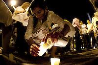MEX95. GUADALAJARA (MÉXICO), 24/02/2011.- Una mujer prende una vela hoy, jueves 24 de febrero de 2011, durante una manifestación silenciosa en la que se participan más de 600 personas pronunciándose en contra del clima de inseguridad que se vive en Guadalajara, capital de Jalisco, oeste de México, que en los últimos meses ha sido afectada por acciones del crimen organizado. EFE/Gerardo Zavala