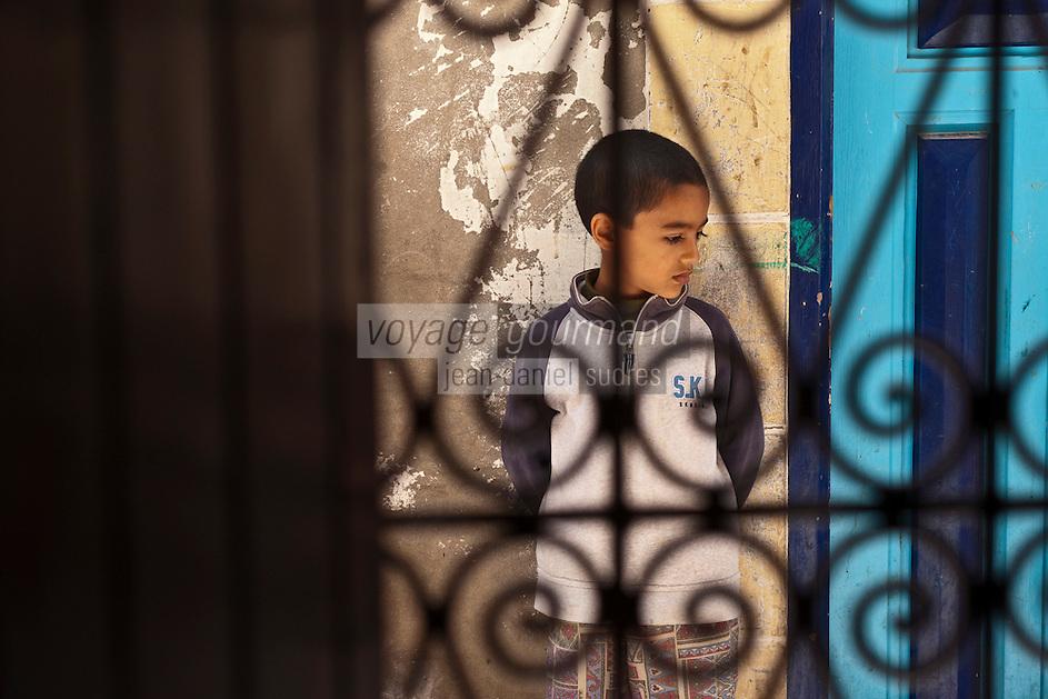 Afrique/Afrique du Nord/Maroc/Essaouira: Riad: Villa Garance - Scènes de rue vues depuis le judas de la  porte