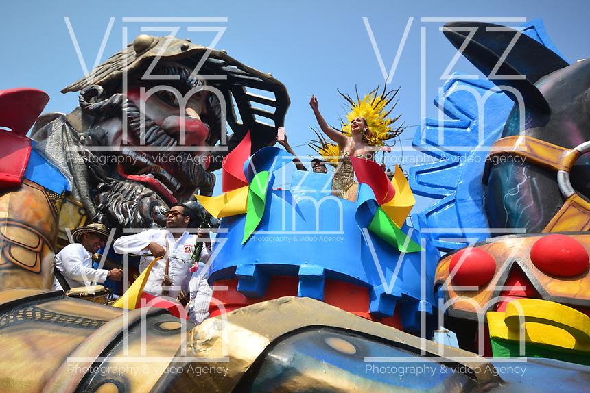 BARRANQUILLA - COLOMBIA, 02-03-2019: Una modelo en una carroza anima al público durante el desfile Batalla de Flores del Carnaval de Barranquilla 2019, patrimonio inmaterial de la humanidad, que se lleva a cabo entre el 2 y el 5 de marzo de 2019 en la ciudad de Barranquilla. / A model on a float cheer to the public during the Batalla de las Flores as part of the Barranquilla Carnival 2019, intangible heritage of mankind, that be held between March 2 to 5, 2019, at Barranquilla city. Photo: VizzorImage / Alfonso Cervantes / Cont.