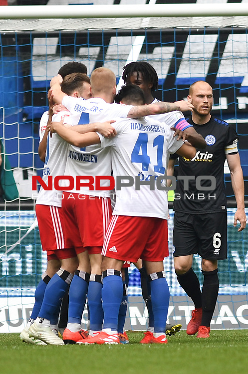 19.05.2019,  GER; 2. FBL, Hamburger SV vs MSV Duisburg ,DFL REGULATIONS PROHIBIT ANY USE OF PHOTOGRAPHS AS IMAGE SEQUENCES AND/OR QUASI-VIDEO, im Bild Manuel Wintzheimer (Hamburg #02) schiesst das 2-0 fuer Hamburg vorbei an Torhueter Daniel Mesenhoeler (Mesenhöler Duisburg #27) und jubelt mit der Mannschaft Foto © nordphoto / Witke *** Local Caption ***