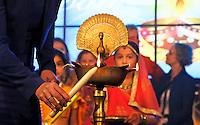 Nederland  Amstelveen 2016. Divali ( Diwali ) viering. Hindoes vieren Divali met veel zang en dans in het stadshart van Amstelveen. Vlammetjes worden aangestoken.  Foto Berlinda van Dam / Hollandse Hoogte