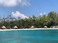 Strand Mahogany Bay auf Roatan mit Strandclub und Seilbahn - 01.02.2020: Roatan mit der Costa Luminosa