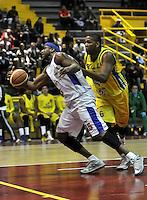 BOGOTA - COLOMBIA: 08-11-2013: Warner Calvin (Izq.) jugador de Guerreros de Bogota, disputan el balón con Stalin Ortiz (Der.) de Bambuqueros de Huila, durante partido de la fecha 1de las semifinales de la Liga Directv Profesional de Baloncesto 2 en partido jugado en el Coliseo El Salitre. / Warner Calvin (L) of Guerreros from Bogota disputes the ball con Stalin Ortiz (R) from Bambuqueros de Huila, during a match for the 1 date of the semifinals of the League of Professional Directv Basketball 2 game at the El Salitre Coliseum. Photo: VizzorImage / Luis Ramirez / Staff.