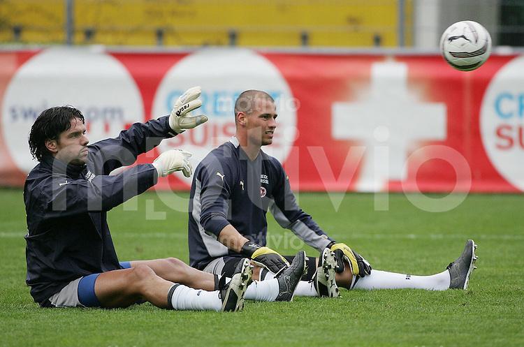 Fussball International WM Quali 2006 Training Schweizer Nationalmannschaft Torhueter SUI ; Pascal Zubenbuehler (li) und Fabio Coltorti