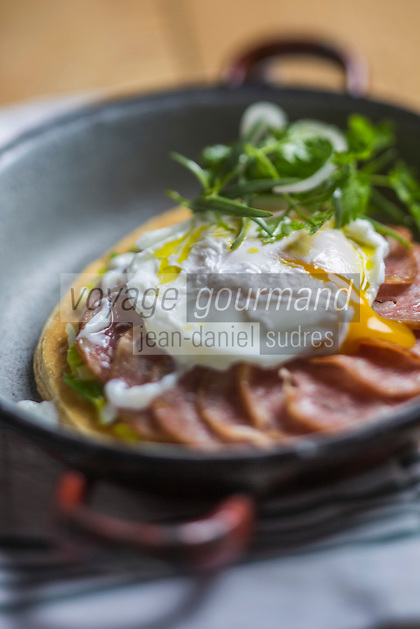 Europe/France/Franche-Comté/25/Doubs/Malbuisson: Tarte fine à la saucisse de Morteau  et oeuf poché -recette de Marc Faivre chef du restaurant: Le Bon Accueil France, Doubs, Malbuisson: Fine pie Morteau sausage and poached egg , Marc Faivre recipe chef restaurant: Le Bon Accueil