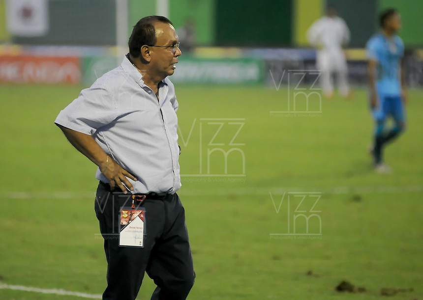 BARRANCABERMEJA -COLOMBIA, 22-10-2016:  Jorge Luis Bernal técnico de Alianza Petrolera gesticula durante el encuentro con Jaguares FC por la fecha 17 de la Liga Aguila II 2016 disputado en el estadio Daniel Villa Zapata de la ciudad de Barrancabermeja./ Jorge Luis Bernal coach of Alianza Petrolera gestures during a match against Jaguares FC for the date 17 of the Aguila League II 2016 played at Daniel Villa Zapata stadium in Barrancebermeja city. Photo: VizzorImage / Jose Martinez / Cont