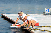 Poznan, POLAND,    GV Boating area, rowers cleaning their oars/ blades, after morning training session in preparation for the 2009 FISA World Rowing Championships. held on the Malta Rowing lake, Friday  21/08/2009  [Mandatory Credit. Peter Spurrier/Intersport Images]