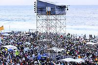 RIO DE JANEIRO, RJ, 26 DE JULHO DE 2013 -JMJ RIO 2013-VIA SACRA-PAPA FRANCISCO- Milhares de fiéis e peregrinos lotam a praia de Copacabana, zona sul do Rio de Janeiro.FOTO:MARCELO FONSECA/BRAZIL PHOTO PRESS