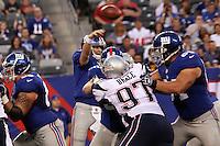 Pass von QB Eli Manning (Giants) ueber DT Ron Brace (Patriots)