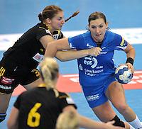 Handballl Champions League Frauen - HC Leipzig (HCL) gegen IK Sävehof/ Saevehof am 19.10.2013 in Leipzig (Sachsen). <br /> IM BILD: Karolina Kudlacz (HCL) gegen Linn Blohm <br /> Foto: Christian Nitsche / aif