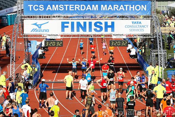 Nederland - Amsterdam - 2017 .  De Marathon van Amsterdam. De finish.   Foto Berlinda van Dam / Hollandse Hoogte