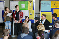 Gross-Gerau 02.05.2016: Europatag an den Gro&szlig;-Gerauer Schulen<br /> Der ehemalige Verteidigungsminister und jetzige Bundestagsabgeordnete Dr. Franz-Josef Jung (2vr)  diskutiert mit den Sch&uuml;lern (vlnr) Leonie Sehr und Dominik Jordan aus der Oberstufe der Pr&auml;lat-Diehl Schule in der Aula &uuml;ber das Thema &quot;Euroskeptiker&quot;, moderiert von den Sch&uuml;lern Shania Scherer (M.) und Lukas Behnke (r.)<br /> Foto: Vollformat/Marc Sch&uuml;ler, Sch&auml;fergasse 5, 65428 R'eim, Fon 0151/11654988, Bankverbindung KSKGG BLZ. 50852553 , KTO. 16003352. Alle Honorare zzgl. 7% MwSt.