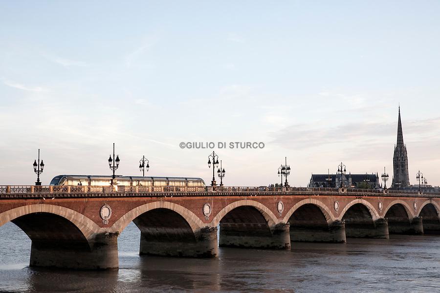 "The "" pont de pierre "" , built in 1822 ."