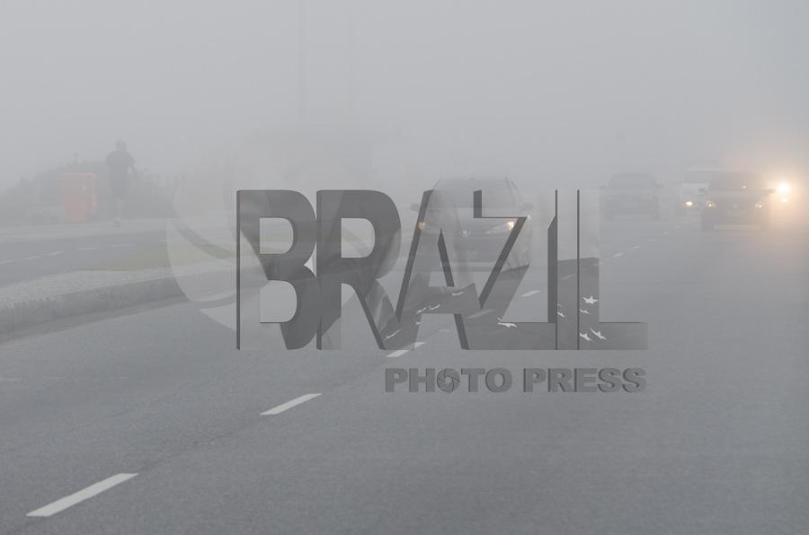 RIO DE JANEIRO, RJ, 26.05.2015 - CLIMA-RJ - Nevoeiro é visto na orla da praia da Barra da Tijuca, na zona oeste no final da tarde desta terça-feira,26. (Foto: João Mattos / Brazil Photo Press)