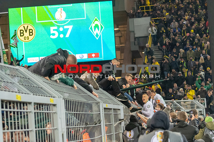 05.02.2019, Signal Iduna Park, Dortmund, GER, DFB-Pokal, Achtelfinale, Borussia Dortmund vs Werder Bremen<br /> <br /> DFB REGULATIONS PROHIBIT ANY USE OF PHOTOGRAPHS AS IMAGE SEQUENCES AND/OR QUASI-VIDEO.<br /> <br /> im Bild / picture shows<br /> <br /> Maximilian Eggestein (Werder Bremen #35)<br /> und Max Kruse (Werder Bremen #10) bei den Fans auf dem Zaun<br /> <br /> Foto © nordphoto / Ewert