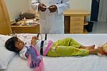 Luíza em exame no Hospital do Sono. São Paulo. 2007. Foto de Juca Martins.
