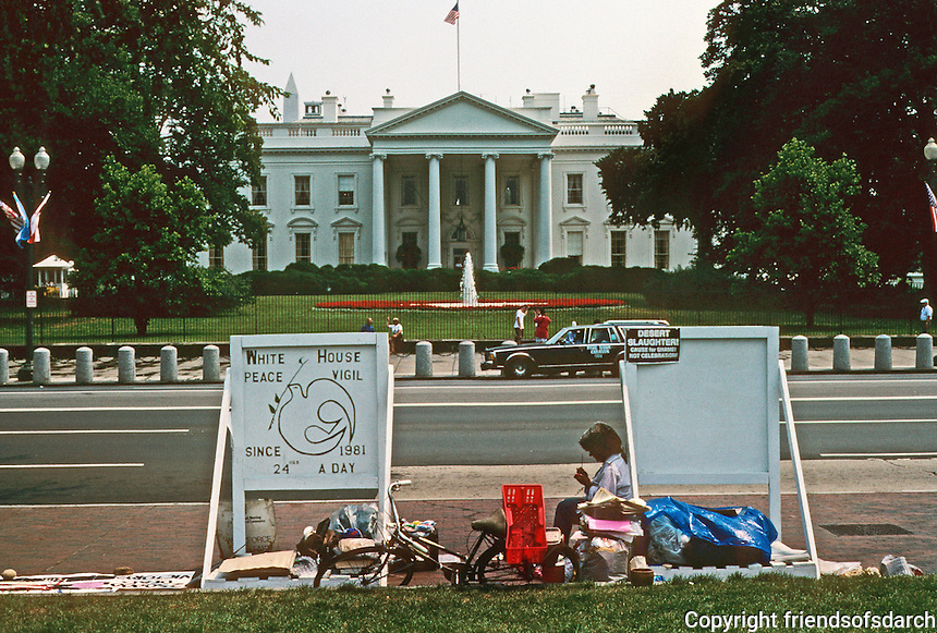 Washington D.C. : The White House and war protestor in Lafayette Square. Photo '91.