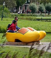 Nederland - Zaanstad - 2019. Toeristen poseren in een grote klomp in Zaanse Schans. ( foto is gespiegeld) .  Foto Berlinda van Dam / Hollandse Hoogte