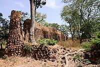 BURKINA FASO, Province Poni, Gaoua, ruins of Loropeni date back to the 11th century AD, since 2009 UNESCO world heritage site / Ruinen von Loropeni, seit 2009 UNESCO Welterbe