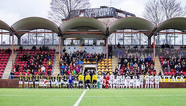 Solna 2014-04-13 Fotboll Damallsvenskan AIK - FC Roseng&aring;rd :  <br /> AIK:s och Roseng&aring;rds spelare under lineup innan matchen framf&ouml;r huvudl&auml;ktaren p&aring; Skytteholms IP<br /> (Foto: Kenta J&ouml;nsson) Nyckelord:  AIK Gnaget FC Roseng&aring;rd Malm&ouml; supporter fans publik supporters