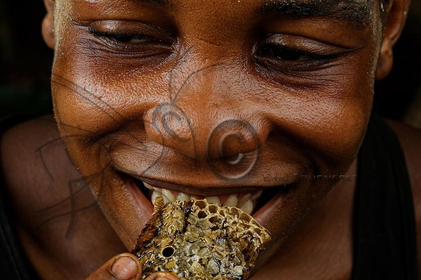 The women and the magic of the honey. The honey is intimately linked to seduction. A man has to know how to find honey in order to find a wife at the camp. Even if the men consume a good part of the honey when in the forest, they still bring honey back to the women. Following the delivery of a baby, honey is regularly given to the women.///Les femmes et la magie du miel. Le miel est intimement lié à la séduction. Un homme doit savoir trouver du miel pour trouver une épouse au campement. Même si les hommes consomment une bonne partie du miel en forêt, ils ramènent toujours du miel aux femmes. Après un accouchement, du miel est donné régulièrement aux femmes.