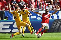Max Besuschkow (Eintracht Frankfurt) gegen Giulio Donati (1. FSV Mainz 05) - 13.05.2017: 1. FSV Mainz 05 vs. Eintracht Frankfurt, Opel Arena, 33. Spieltag