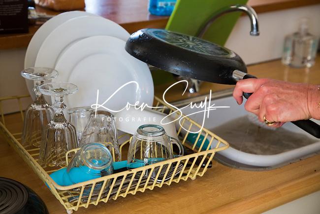 SCHIERMONNIKOOG - afwassen. COPYRIGHT KOEN SUYK