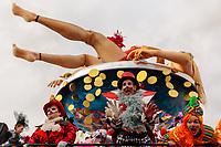 """Europe, Italy, Tuscany, Viareggio,    figures of the chariot: """"Ozio,vizio e vitalizio"""" of Fratelli Bonetti in parade"""