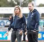 HUIZEN  -  assistent coach Kim Lammers (HUI) met assistent Steven Hoog  , hoofdklasse competitiewedstrijd hockey dames, Huizen-Groningen (1-1)   COPYRIGHT  KOEN SUYK