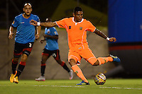 ENVIGADO - COLOMBIA -04 -10-2015: Jose Guerra (Der.) jugador de Envigado FC disputa el balón con Gustavo Bolivar (Izq.) jugador de Cucuta Deportivo, durante partido por la fecha 15 entre Envigado FC y Cucuta Deportivo, de la Liga Aguila II-2015, en el estadio Polideportivo Sur de la ciudad de Envigado. / Jose Guerra (R), player of Envigado FC fights for the ball with Gustavo Bolivar (L) player of Cucuta Deportivo, during a match of the 15 date between Envigado FC and Cucuta Deportivo, for the Liga Aguila II -2015 at the Polideportivo Sur stadium in Envigado city. Photo: VizzorImage. / Leon Monsalve / Str.