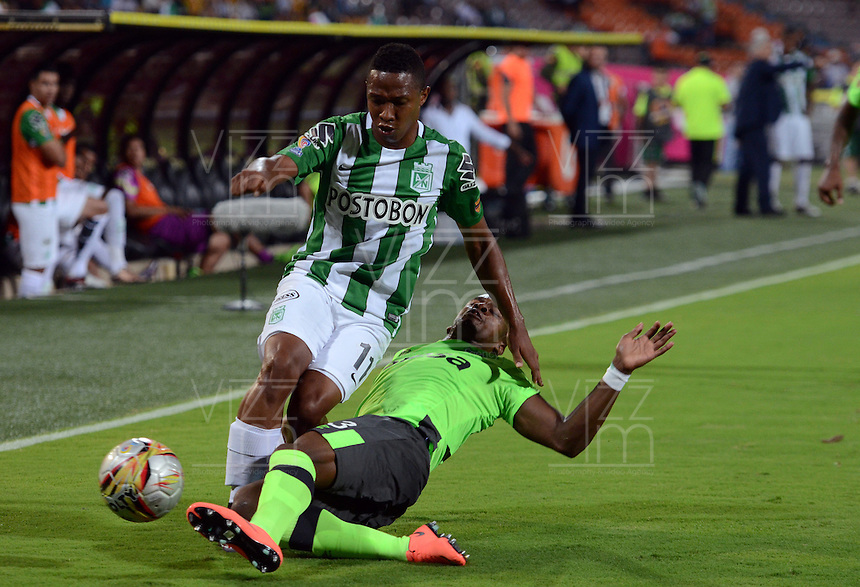 MEDELLÍN -COLOMBIA - 27-03-2016: Andres Ibarguen (Izq.) jugador de Atlético Nacional disputa el balón con Felipe Banguero (Der.), jugador del Deportivo Cali, durante partido aplazado entre Atletico Nacional y Deportivo Cali  por la fecha 6 de la Liga Águila I 2016 jugado en el estadio Atanasio Girardot de la ciudad de Medellín. / Andres Ibarguen (L) player of Atletico Nacional vies for the ball with Felipe Banguero (R), player of Deportivo Cali, during a postponed match between Atletico Nacional and Deportivo Cali for the date 6 of the Aguila League I 2016 played at Atanasio Girardot stadium in Medellin city. Photo: VizzorImage/León Monsalve/Str.
