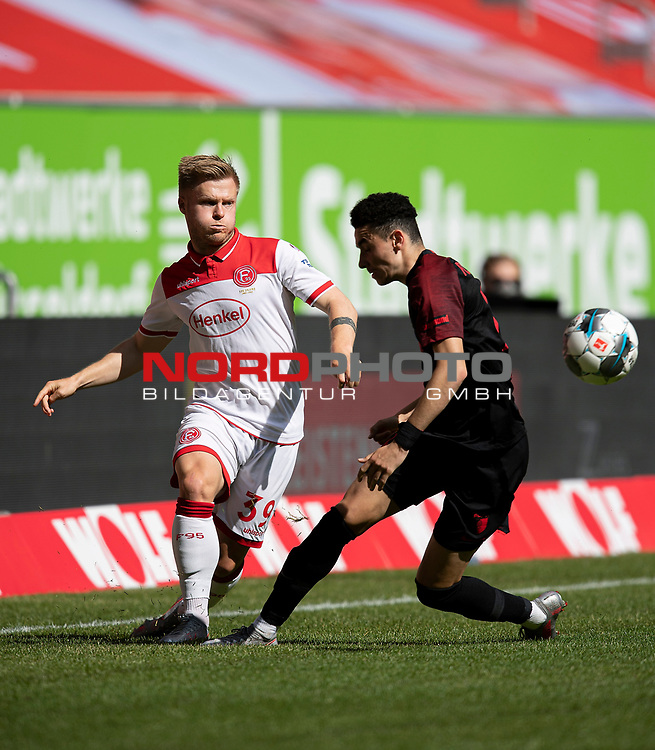 Jean ZIMMER l. (D) im Zweikampf gegen Ruben VARGAS (A),  Aktion,<br />