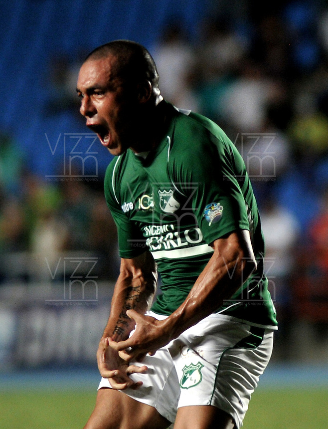 CALI- COLOMBIA- 16-02-2103: Vladimir Marín jugador del Deportivo Cali celebra el gol anotado al Atlético Nacional, durante  partido por la Liga de Postobon I en el estadio Pascual Guerrero en la ciudad de Cali, marzo16 de 2013. (Foto: VizzorImage / Luis Ramírez / Staff). Vladimir Marin player of Deportivo Cali celebrates a goal scored against Atletico Nacional, during a match for the Postobon I League at the Pascual Guerrero stadium in Cali city, on March 16, 2013, (Photo: VizzorImage / Luis Ramirez / Staff.)