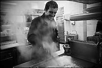 Europe/France/Pays de la Loire/44/Loire Atlantique/Ile de Fedrun/Saint-Joachim: Eric Guerin chef du restaurant: La Mare aux Oiseaux, en cuisine //       France, Loire Atlantique, Ile de Fedrun, Saint Joachim, chef Eric Guerin, La Mare aux Oiseaux, cooking <br />  [Non destiné à un usage publicitaire - Not intended for an advertising use]