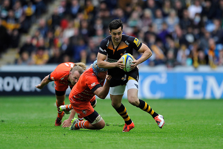 Alex Lozowski of Wasps is tackled by Jordan Crane of Leicester Tigers