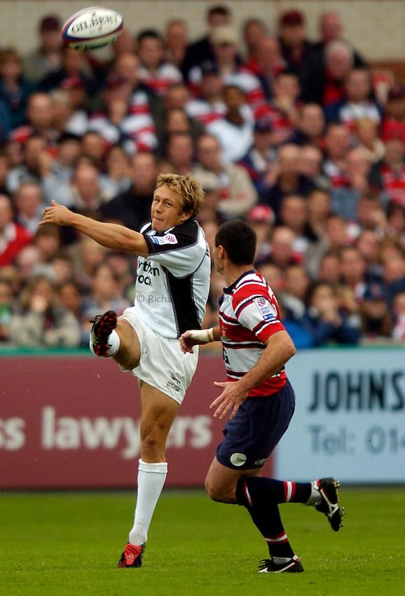 Photo. Richard Lane..Gloucester v Newcastle Falcons. Zurich Premiership.  25/09/2004..Jonny Wilkinson kicks past Duncan McRae.